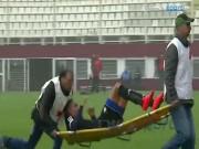 Bóng đá - Cứu thương già làm hại cầu thủ trẻ