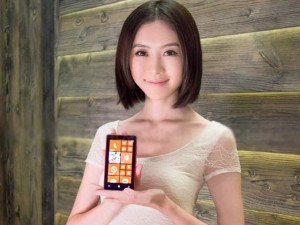 Thời trang Hi-tech - Mỹ nữ xinh như mộng bên smartphone Lumia
