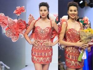 Người mẫu - Hoa hậu - Siêu mẫu Thanh Hằng đeo cánh kết hoa nặng 12kg