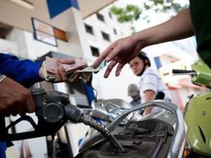 Thị trường - Tiêu dùng - Giá xăng giảm thêm 250 đồng/lít từ 15h ngày 3.12