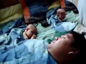 Bạn trẻ - Cuộc sống - Clip: Phì cười khi bé giật mình với tiếng ngáy của bố