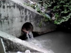 Tin tức trong ngày - Cô gái nghi ngáo đá nhảy xuống mương tắm nước cống