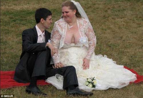Kinh ngạc với những bộ váy cưới thiếu vải, kỳ dị - 8