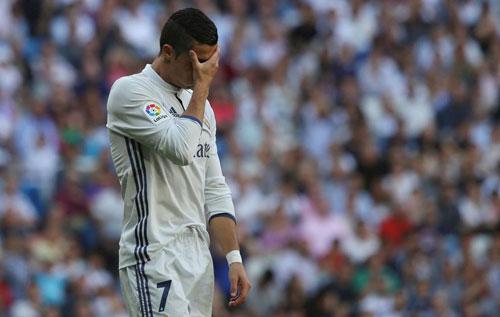 Ronaldo khởi đầu tệ nhất ở Liga, Real mất ngôi đầu