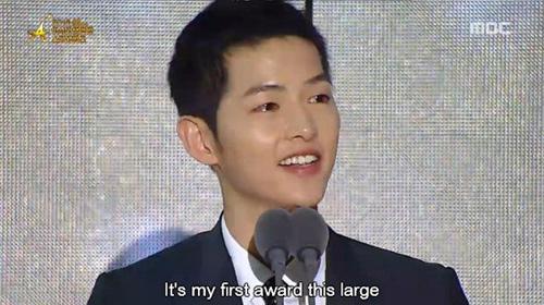 """""""Người tình"""" Song Hye Kyo rưng lệ nhận giải thưởng lớn - 1"""