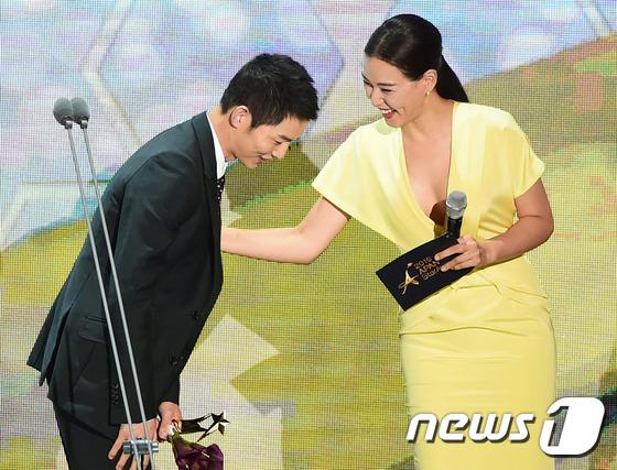 """""""Người tình"""" Song Hye Kyo rưng lệ nhận giải thưởng lớn - 2"""