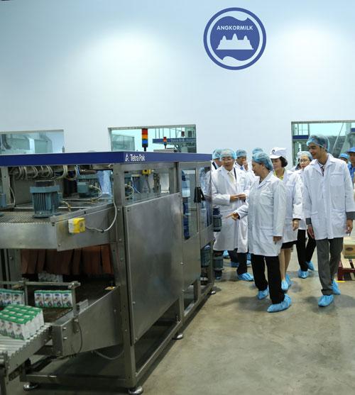 Đoàn đại biểu Quốc hội Việt Nam thăm nhà máy sữa Angkor của Vinamilk tại Campuchia - 1