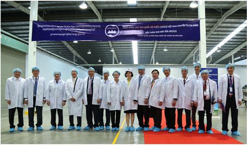 Đoàn đại biểu Quốc hội Việt Nam thăm nhà máy sữa Angkor của Vinamilk tại Campuchia - 2