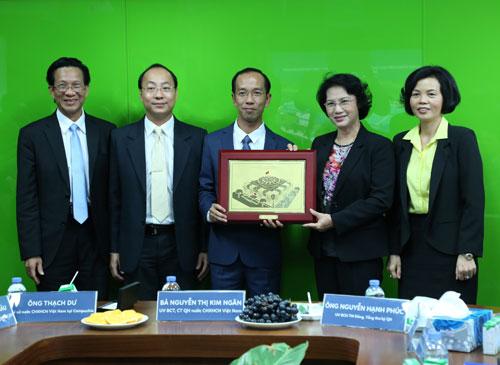 Đoàn đại biểu Quốc hội Việt Nam thăm nhà máy sữa Angkor của Vinamilk tại Campuchia - 4