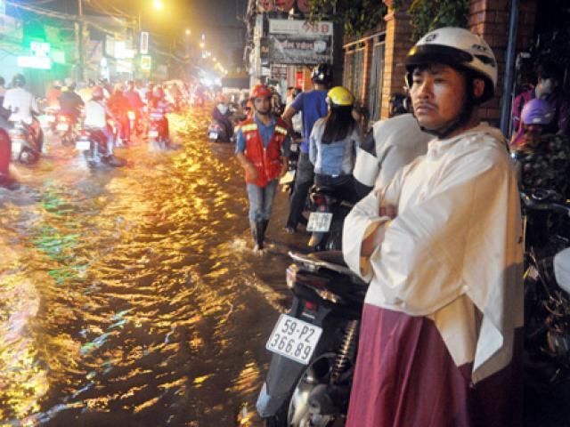"""""""Sóng"""" cao gần 2m trên phố Sài Gòn sau cơn mưa như trút nước - 16"""