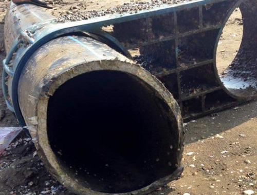 """Nghệ An: Vớt được đường ống """"khủng"""" nghi ống xả thải"""