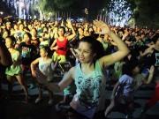 Bạn trẻ - Cuộc sống - Chị em nóng bỏng nhảy Zumba trên phố Hà Nội