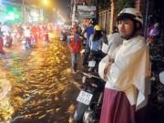 Tin tức trong ngày - Người Sài Gòn không dám về nhà vì sợ ngập nước, kẹt xe