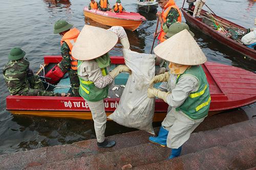 Cận cảnh tiêu hủy 200 tấn cá chết ở Hồ Tây