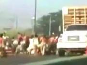 Thế giới - Video: Dân Venezuela quá đói, chặn xe tải cướp gà
