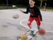 """Thể thao - """"Dị nhân"""" bóng rổ dắt và lên rổ một lúc 3 bóng"""