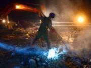 Tin tức trong ngày - Cận cảnh tiêu hủy 200 tấn cá chết ở Hồ Tây