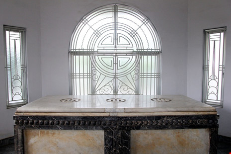 Độc đáo hai mộ cổ xây bằng đá cẩm thạch nhập từ Pháp - 13