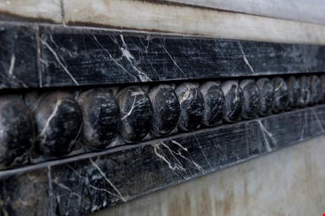 Độc đáo hai mộ cổ xây bằng đá cẩm thạch nhập từ Pháp - 8
