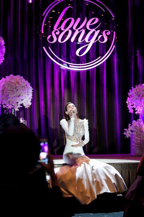 Hà Hồ hát