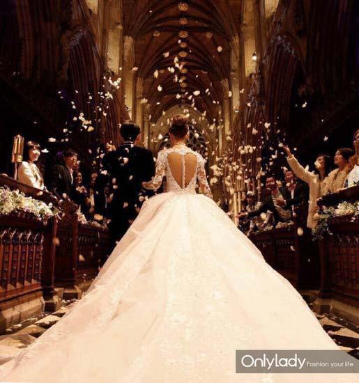 Những mẫu váy cưới đẹp như mơ của sao Hoa ngữ - 22