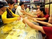 Tài chính - Bất động sản - Giá vàng tiếp tục giảm mạnh, người dân đổ xô đi mua