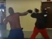 Thể thao - Côn đồ cậy khỏe thách đấu võ sĩ, nhận cái kết đắng