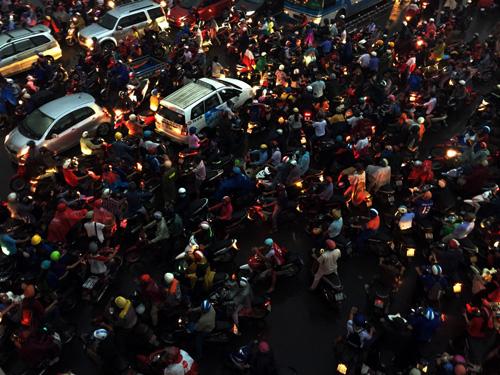 TP.HCM: Kẹt xe khủng khiếp, gần nửa đêm mới về tới nhà