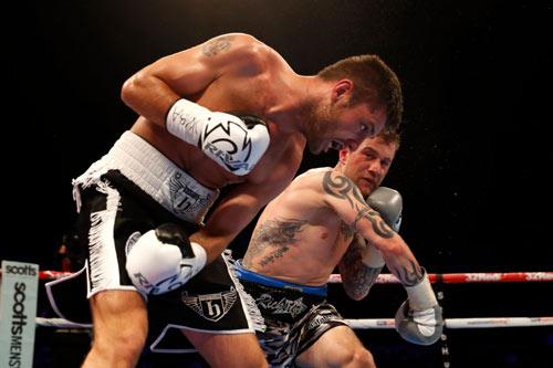 """Boxing: """"Độc cô cầu bại"""" thua sấp mặt trước """"Nhà vua"""""""