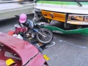 Tin tức trong ngày - Cô gái bị kẹp chặt giữa hai ô tô gào khóc cầu cứu