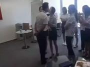 Bạn trẻ - Cuộc sống - Sốc: Nhân viên nữ phải xếp hàng hôn giám đốc mỗi sáng