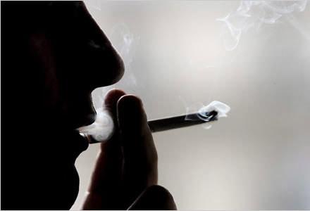 Tại sao người bị viêm khớp dạng thấp không nên hút thuốc lá? - 1