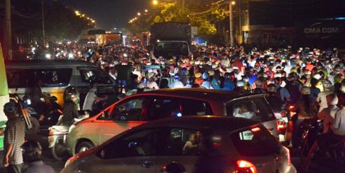 """Người Sài Gòn """"mở đường"""" ở khu vực sình lầy để thoát kẹt xe"""