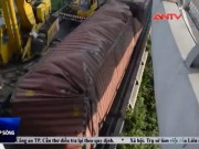"""Video An ninh - Hơn 7 giờ """"giải cứu"""" container lật trên cầu"""