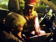 Tin tức trong ngày - CSGT dùng xe chuyên dụng đưa cụ ông đi lạc về nhà