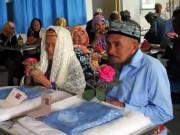 Bạn trẻ - Cuộc sống - Cụ ông 71 tuổi yêu và kết hôn với cụ bà 114 tuổi