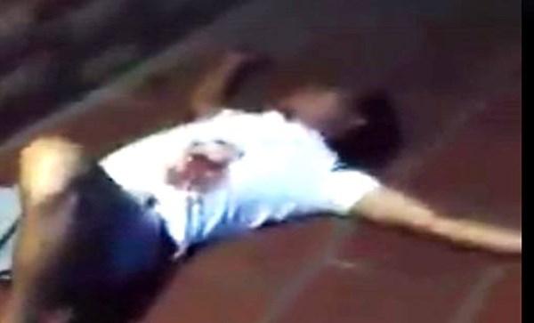 Hỗn chiến sau va chạm xe, một người gục bên rìa đường