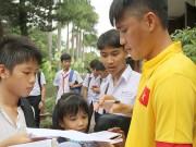 Bóng đá - ĐT Việt Nam: Hàng trăm em nhỏ chờ xin chữ ký Công Vinh