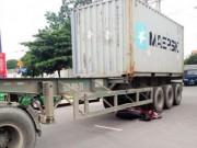 Tai nạn giao thông - Chui thẳng gầm container, thanh niên thoát chết kì diệu