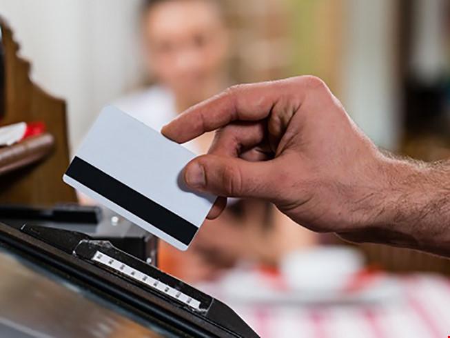 Quẹt thẻ bị mất gần 700 triệu: Yêu cầu khởi tố vụ án
