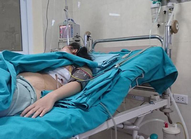 Cô gái bị kim loại bay cắm vào ngực đã được cứu sống