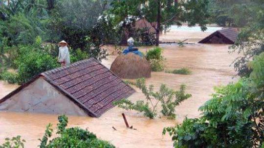 Chùm ảnh: Dân bám nóc nhà tránh lũ ở Quảng Bình