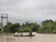 Tin tức trong ngày - Ảnh: Nước mênh mông, người Huế đi thuyền từ nhà ra ngõ
