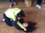 Giáo dục - du học - Nữ sinh lớp 8 đánh nhau với bạn trong tiếng reo hò