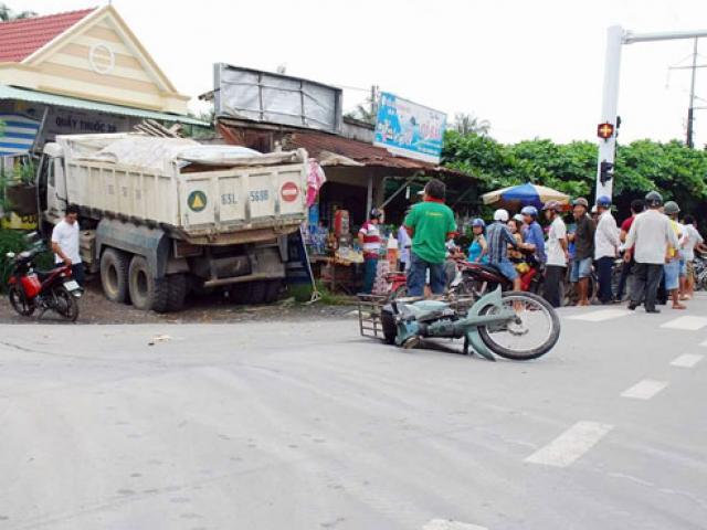 Ô tô mất lái tông 3 học sinh đi xe đạp điện tử vong - 2