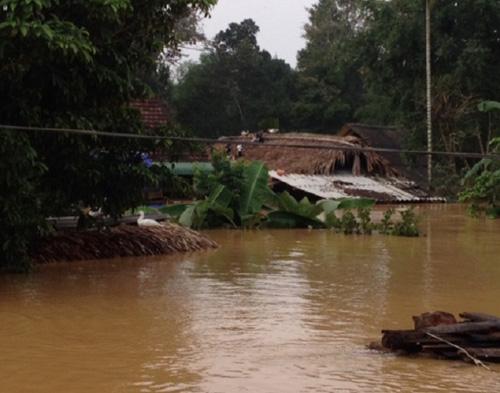 Dân bức xúc vì cứ thủy điện xả nước, phải leo lên nóc nhà