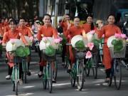 Bạn trẻ - Cuộc sống - 50 nữ sinh mặc áo dài rực rỡ dạo phố mùa thu Hà Nội