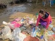 Giáo dục - du học - Giáo viên bật khóc nhặt sách vở trong bùn khi lũ rút