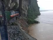 Tin tức trong ngày - Tối nay, đường sắt Bắc-Nam thông tuyến sau 3 ngày bị lũ cô lập