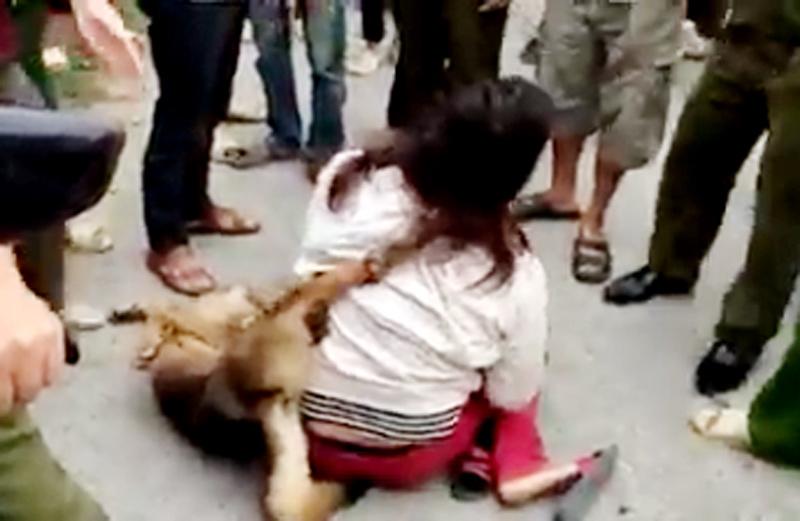 """Cuộc đời éo le của nữ """"cẩu tặc"""" bị đánh, treo chó lên cổ"""